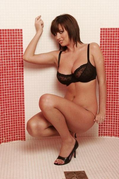 Красотки с большой грудью позируют перед камерой 25 фото