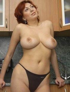 Сногсшибательная женщина позирует на кухне