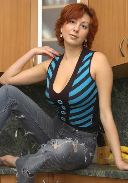 Сногсшибательная женщина позирует на кухне 6 фото
