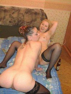 Эротическая сессия двух подружек в квартире и на лестнице в подъезде