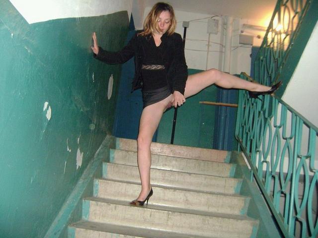 Эротическая сессия двух подружек в квартире и на лестнице в подъезде 1 фото