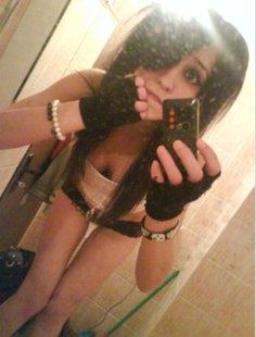 Голые девки делают селфи в зеркале