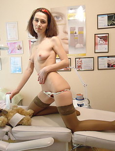 Любительница мягких игрушек позирует на диване