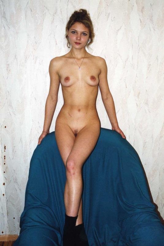 Деревенские дамы с голыми мохнатками позируют для журнала 4 фото