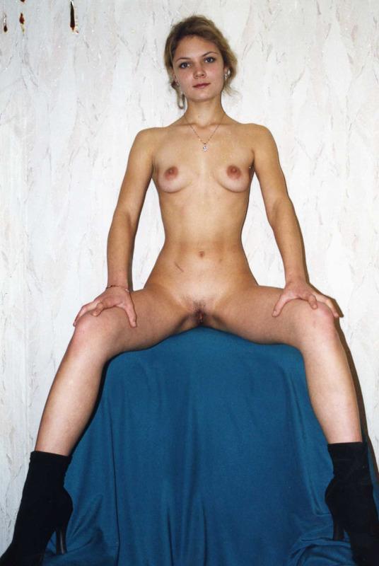 Деревенские дамы с голыми мохнатками позируют для журнала 5 фото