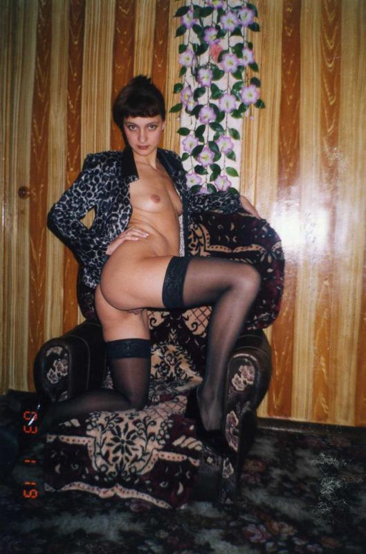 Деревенские дамы с голыми мохнатками позируют для журнала 2 фото