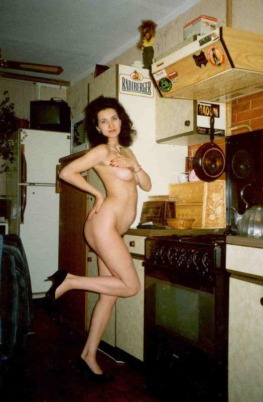 Деревенские дамы с голыми мохнатками позируют для журнала 7 фото