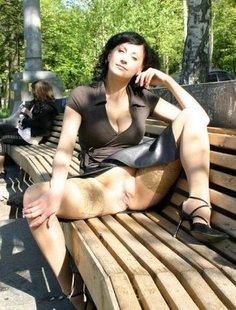 Голые милфы с большими сиськами раздвигают ноги