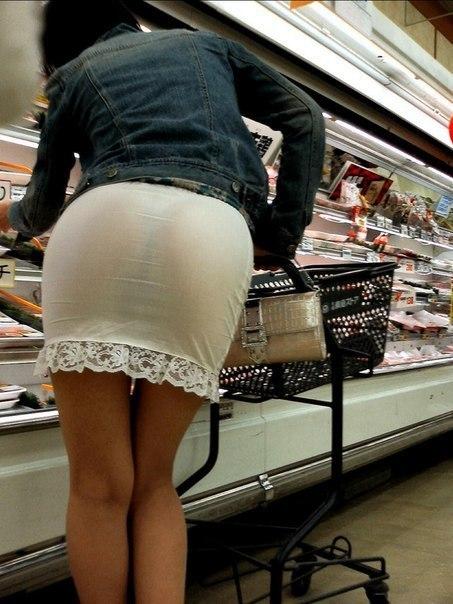 Фото из супермаркета дамы с прозрачной юбкой и стрингами 1 фото