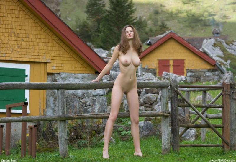 Сисятая красотка с длинными волосами позирует у своего домика в горах 6 фото