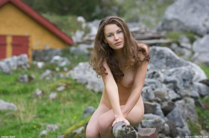 Сисятая красотка с длинными волосами позирует у своего домика в горах 22 фото