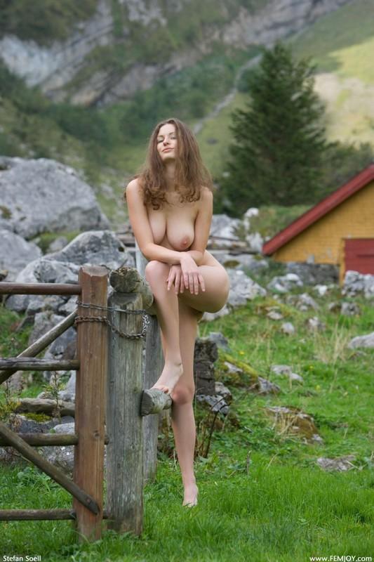Сисятая красотка с длинными волосами позирует у своего домика в горах 19 фото