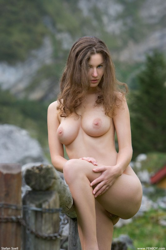 Сисятая красотка с длинными волосами позирует у своего домика в горах 21 фото