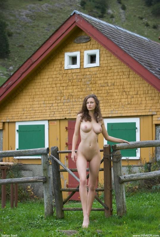 Сисятая красотка с длинными волосами позирует у своего домика в горах 17 фото