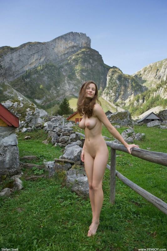Сисятая красотка с длинными волосами позирует у своего домика в горах 25 фото