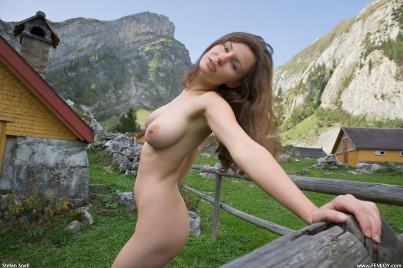 Сисятая красотка с длинными волосами позирует у своего домика в горах 32 фото