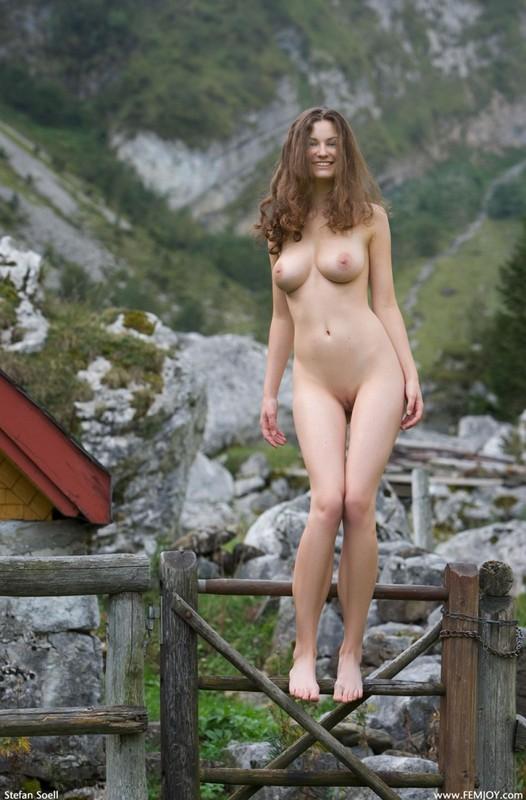 Сисятая красотка с длинными волосами позирует у своего домика в горах 36 фото