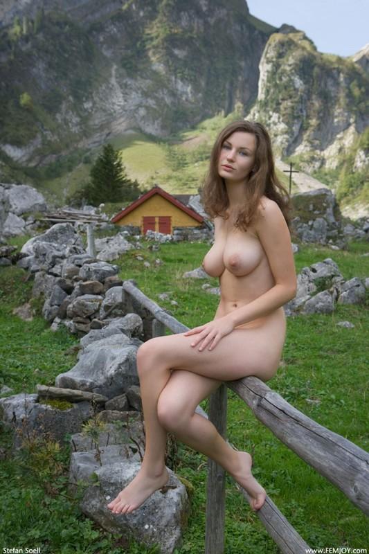 Сисятая красотка с длинными волосами позирует у своего домика в горах 24 фото