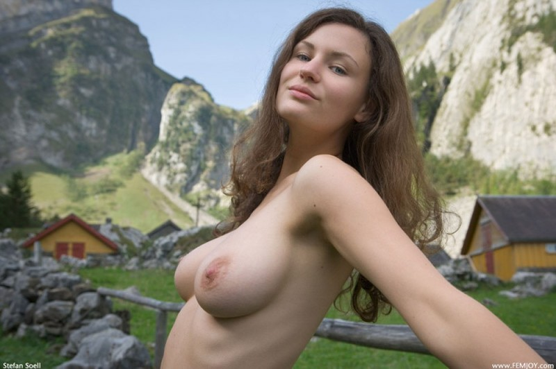 Сисятая красотка с длинными волосами позирует у своего домика в горах 31 фото