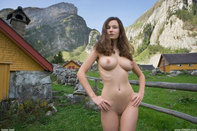 Сисятая красотка с длинными волосами позирует у своего домика в горах 29 фото