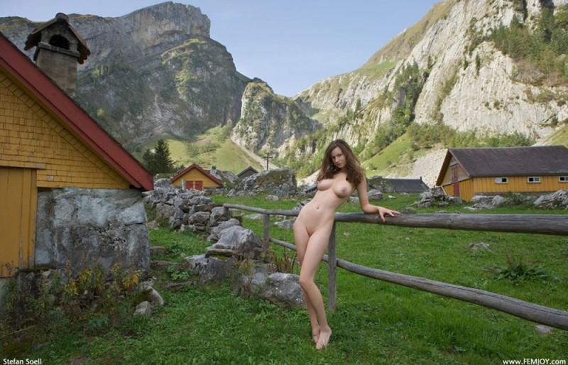 Сисятая красотка с длинными волосами позирует у своего домика в горах 27 фото