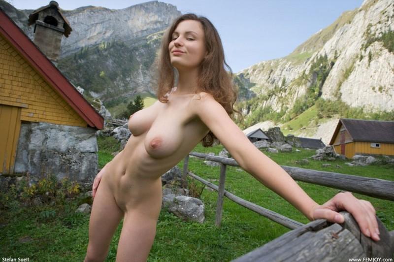 Сисятая красотка с длинными волосами позирует у своего домика в горах 33 фото