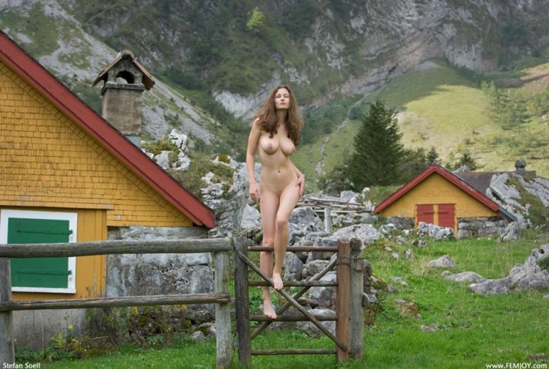 Сисятая красотка с длинными волосами позирует у своего домика в горах 34 фото