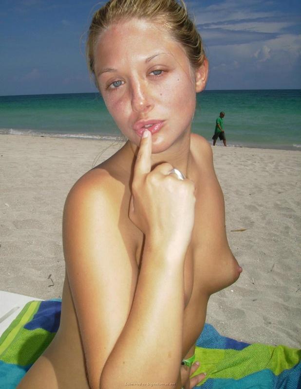 Молодая на пляже показывается перед камерой 12 фото