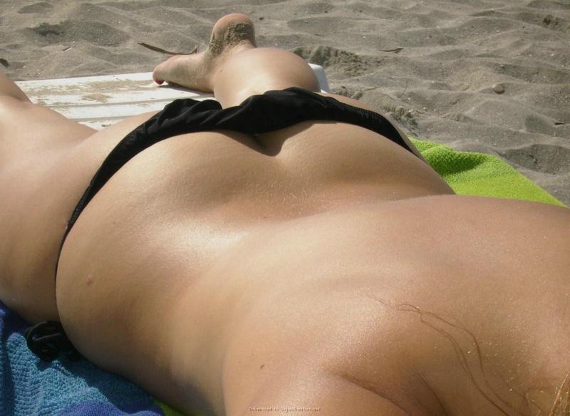 Молодая на пляже показывается перед камерой 9 фото