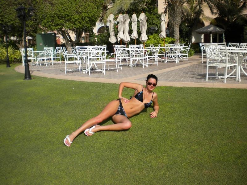 Загорелая туристка оголяет силиконовые сиськи на курорте 7 фото