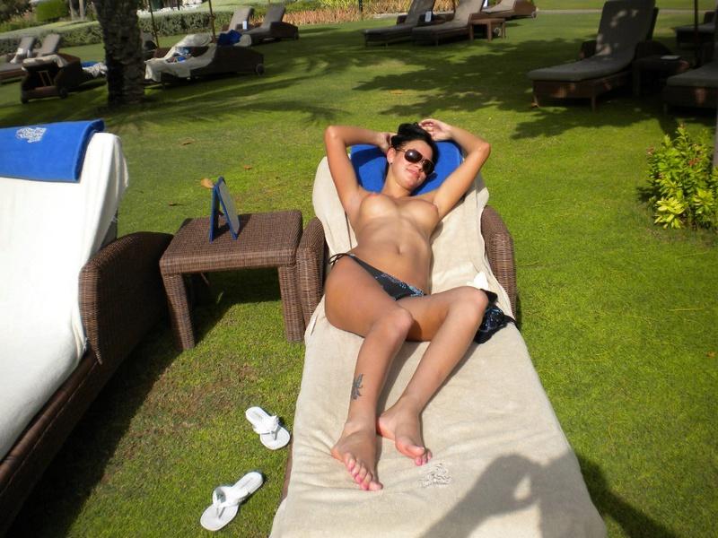 Загорелая туристка оголяет силиконовые сиськи на курорте 8 фото