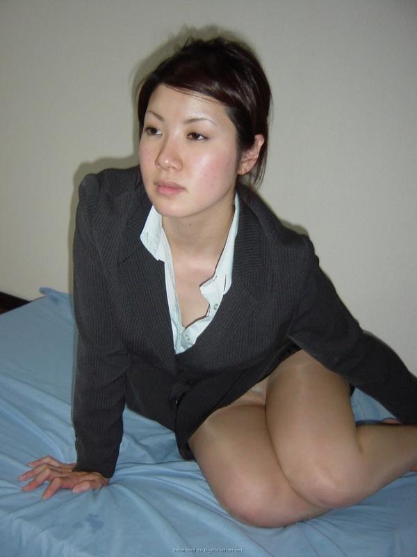 Кореянка с большой грудью раздевается в домашней обстановке 2 фото