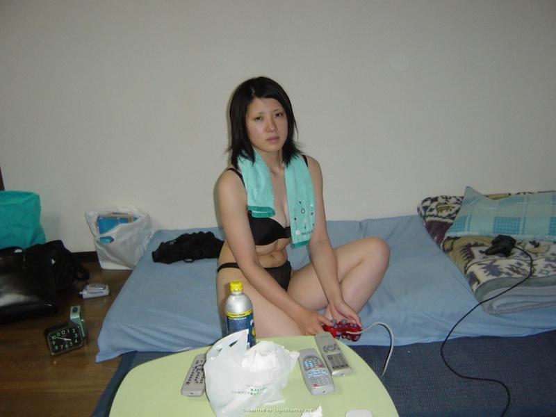 Кореянка с большой грудью раздевается в домашней обстановке 24 фото