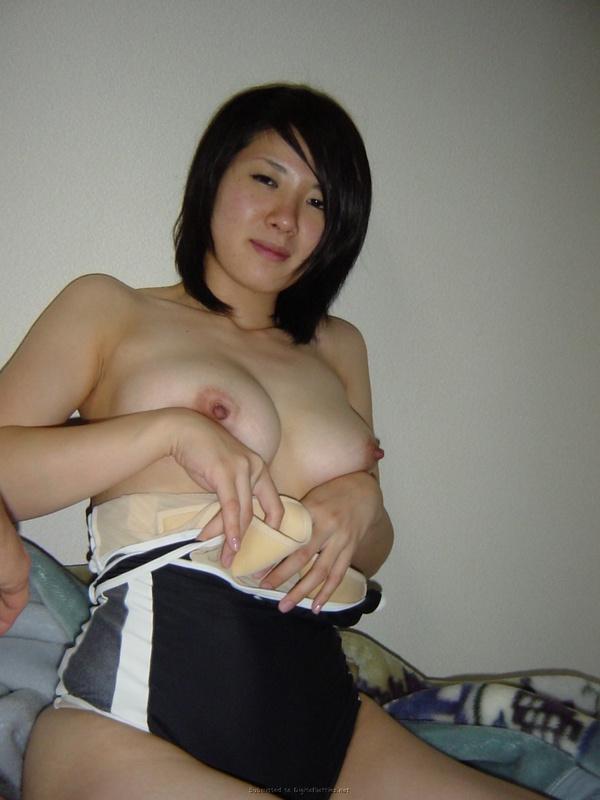Кореянка с большой грудью раздевается в домашней обстановке 37 фото