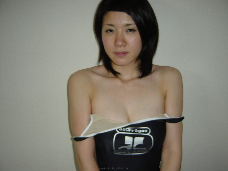 Кореянка с большой грудью раздевается в домашней обстановке 33 фото