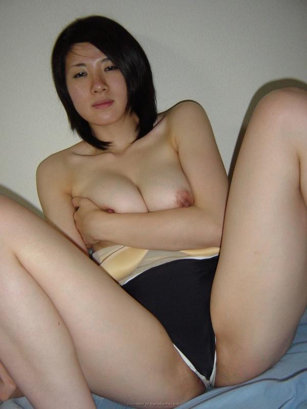 Кореянка с большой грудью раздевается в домашней обстановке 38 фото