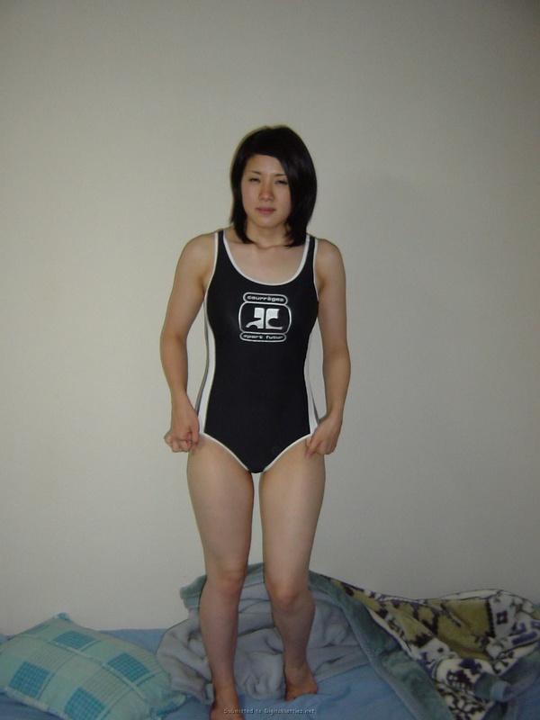 Кореянка с большой грудью раздевается в домашней обстановке 32 фото