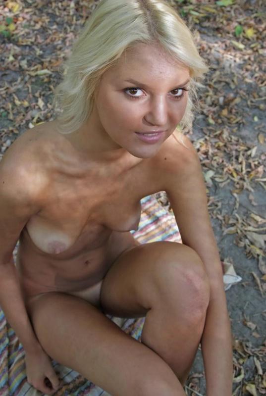 Блондинка устроила интимную съемку в лесу 13 фото