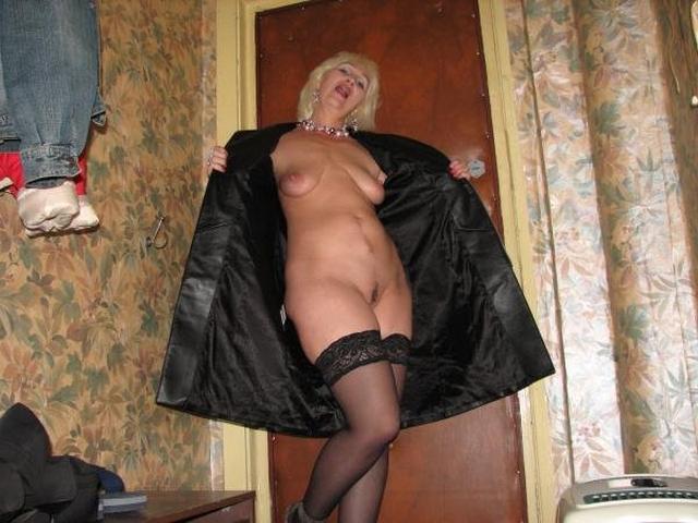 Голые тётки за 30 развлекаются мастурбацией дома 8 фото