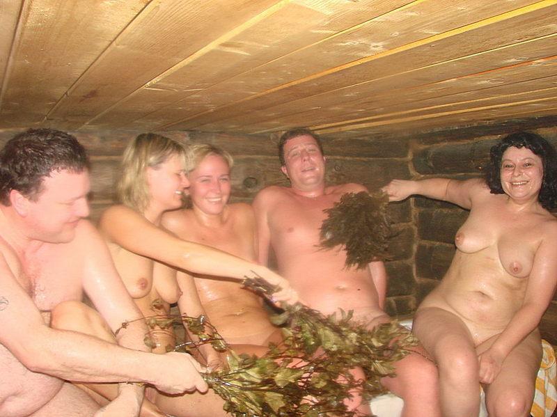 Жёны не стесняются раздеваться в бане при мужьях 10 фото