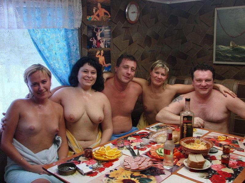 Жёны не стесняются раздеваться в бане при мужьях 2 фото