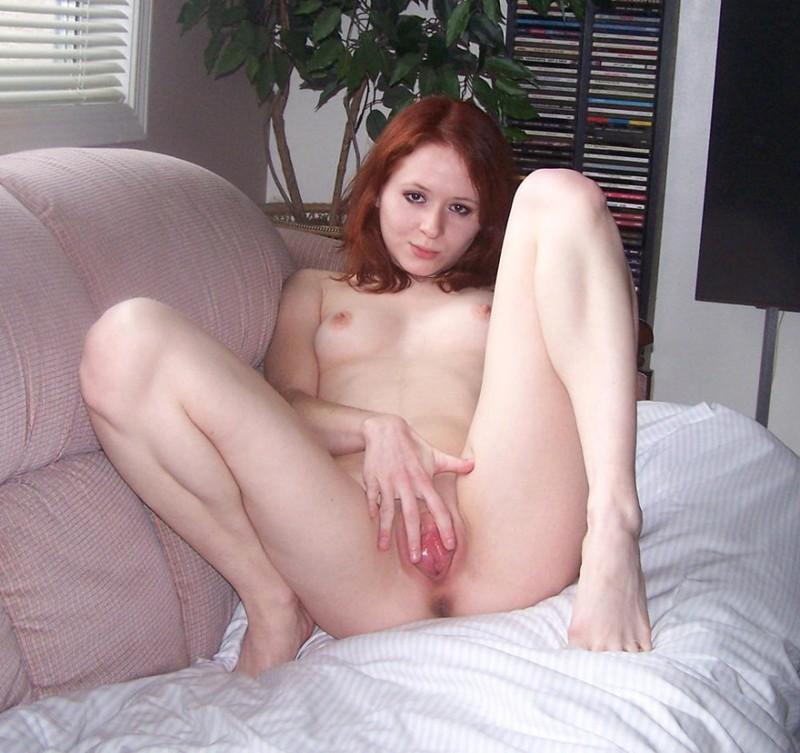 Девушка скинула полотенце и ласкает пальчиком промежность 16 фото