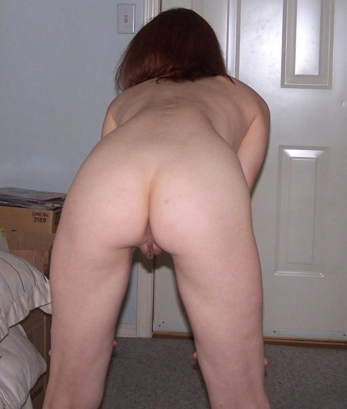 Девушка скинула полотенце и ласкает пальчиком промежность 5 фото