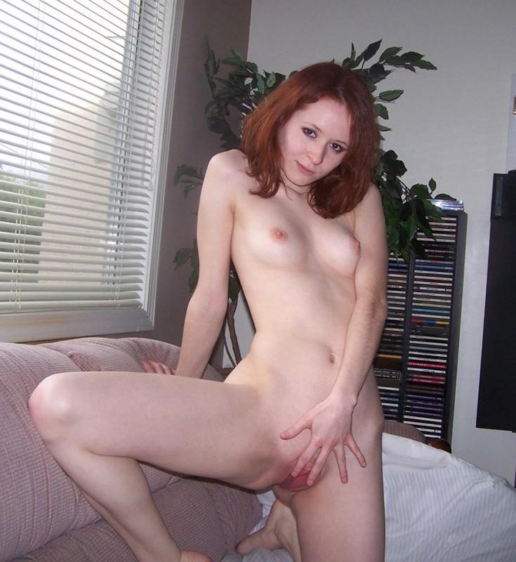 Девушка скинула полотенце и ласкает пальчиком промежность 12 фото