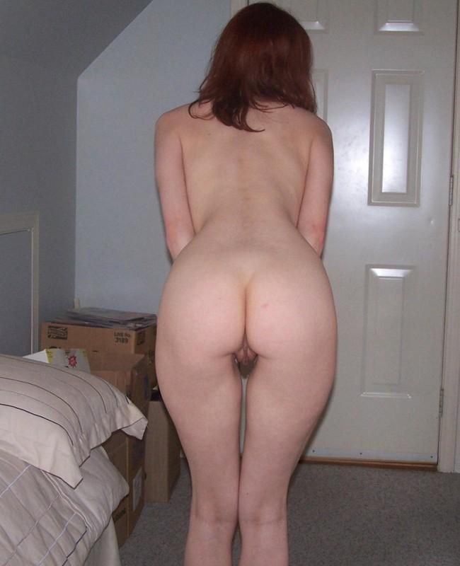 Девушка скинула полотенце и ласкает пальчиком промежность 4 фото