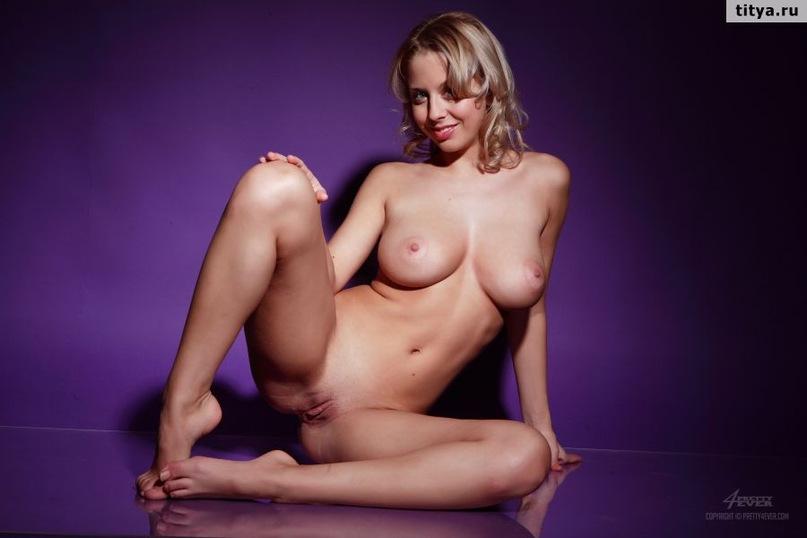 Русская блондинка выложила сессию эротики и сессию мастурбации в сети 13 фото
