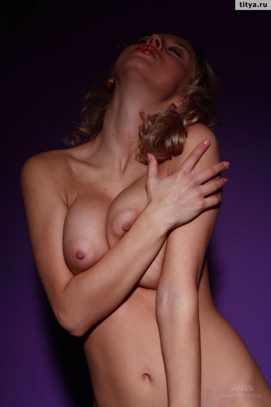 Русская блондинка выложила сессию эротики и сессию мастурбации в сети 17 фото