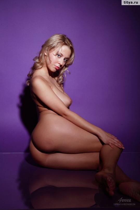 Русская блондинка выложила сессию эротики и сессию мастурбации в сети 5 фото