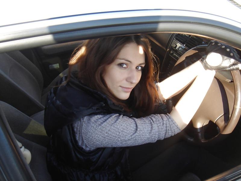 Красивая шатенка отсасывает мужу в машине 4 фото