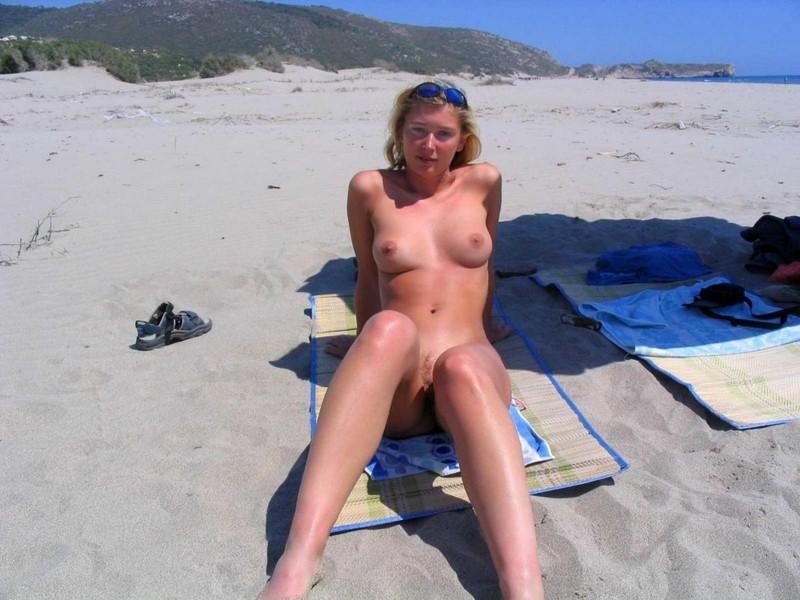Раздвинула ноги и начала мастурбацию 2 фото